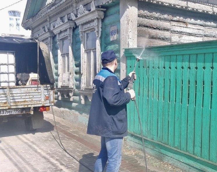 Фасады жилых домов по улице Октябрьской революции очищают от пыли и грязи