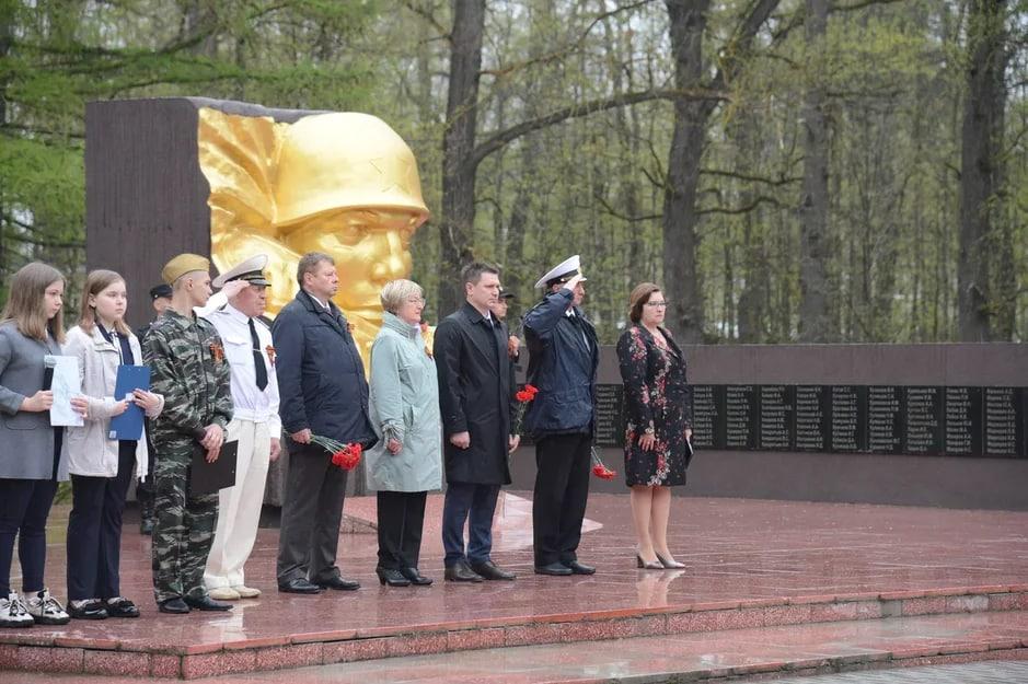 Торжественный митинг состоялся в канун Дня Победы у мемориала в Дубовой роще