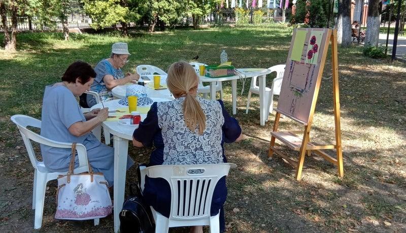 Художественный мастер-класс прошел для участников «Активного долголетия» в Озёрах