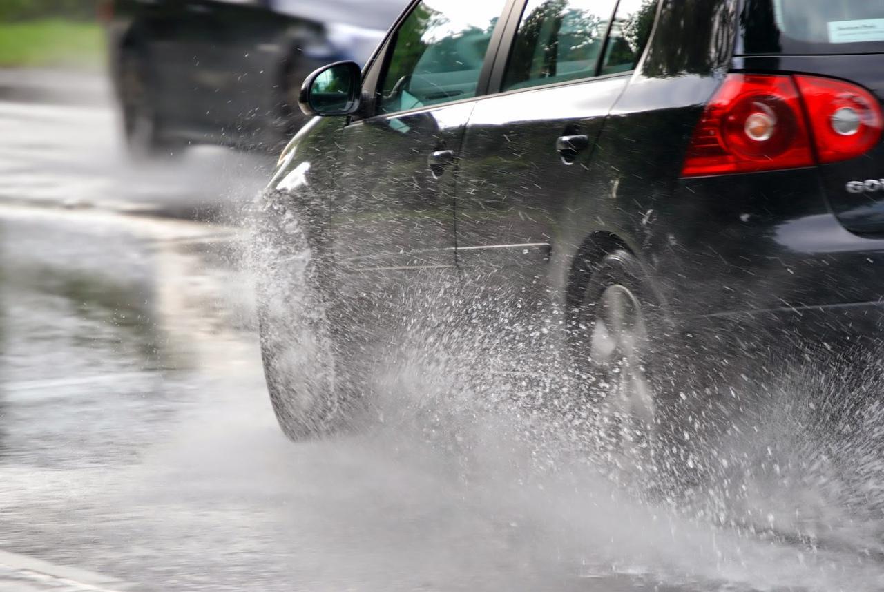 Коломенцев и озерчан призывают соблюдать правила дорожной безопасности во время дождя