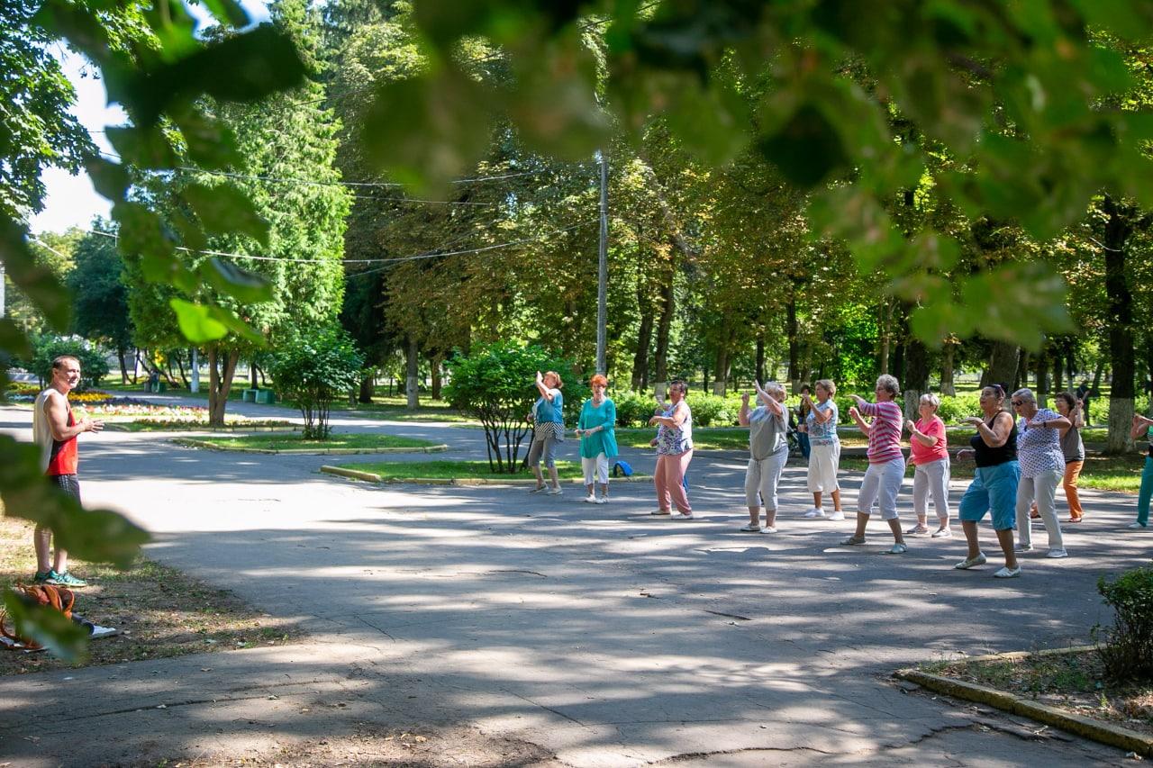 Участники клуба «Активное долголетие» делают танцевальную зарядку в Парке Мира по четвергам