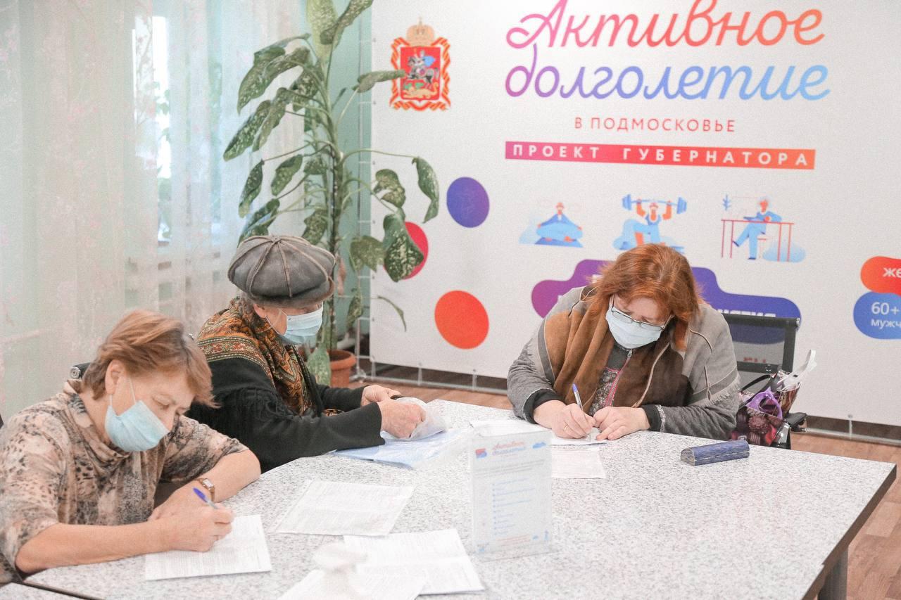 Быстро и безопасно. Коломенские пенсионеры проходят вакцинацию от коронавируса в клубе «Активное долголетие»