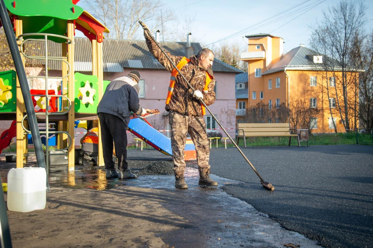 Безопасное резиновое покрытие уложили на новой детской площадке во дворе дома 84 по улице Суворова